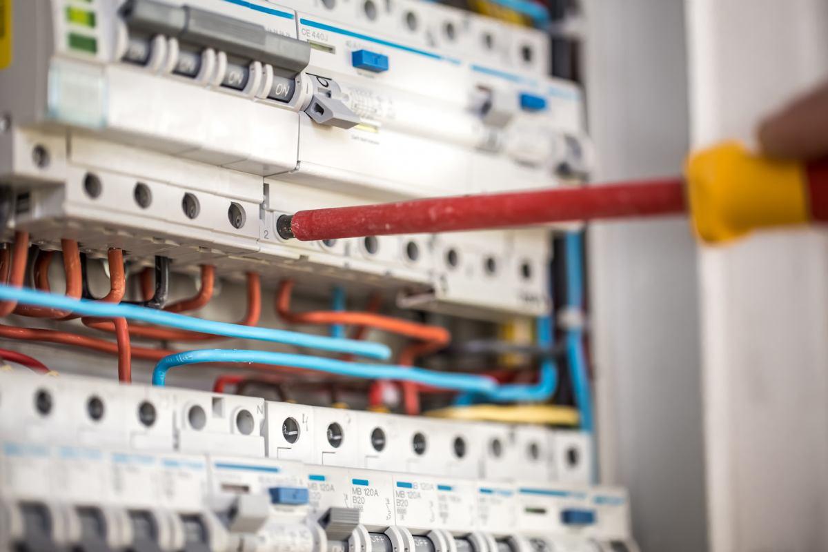Električar / elektroničar      (m/ž)